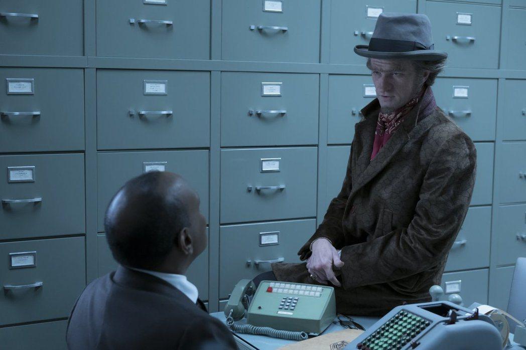 尼爾派屈克哈里斯飾演大反派歐拉夫伯爵。圖/Netflix提供