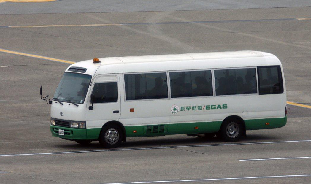 韓國綜藝節目《Running Man》成員中午搭乘編號QSR-202的Bomba...