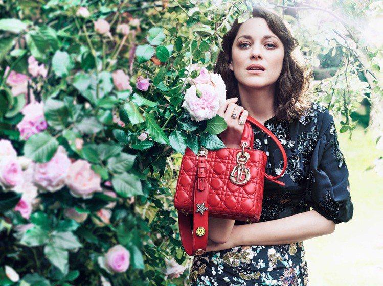 瑪莉詠柯蒂亞展現Lady Dior包款的風情萬種。圖/Dior提供