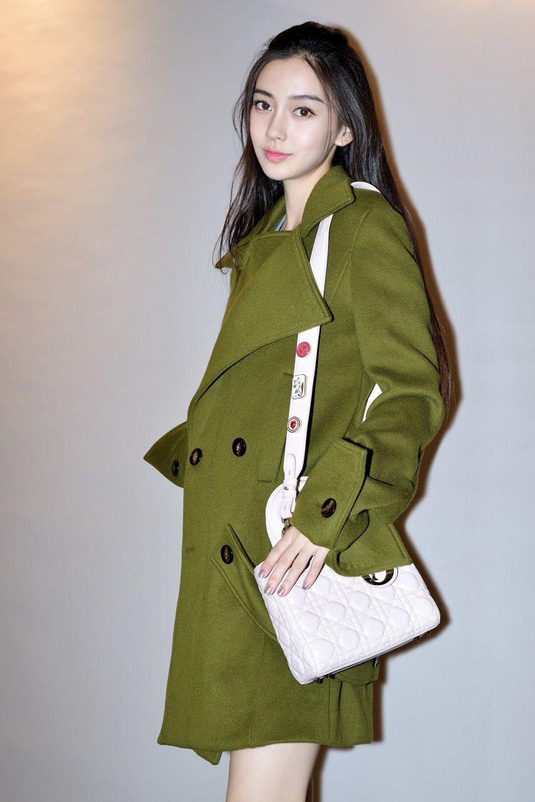 Angelababy背著早春包款,相當典雅。圖/Dior提供