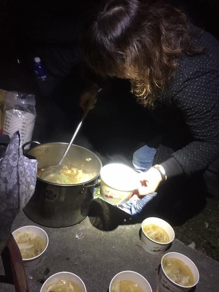 寒流來襲,「春花望露」出外景,化妝師準備麻油雞湯讓大家暖呼呼。圖/萬星提供