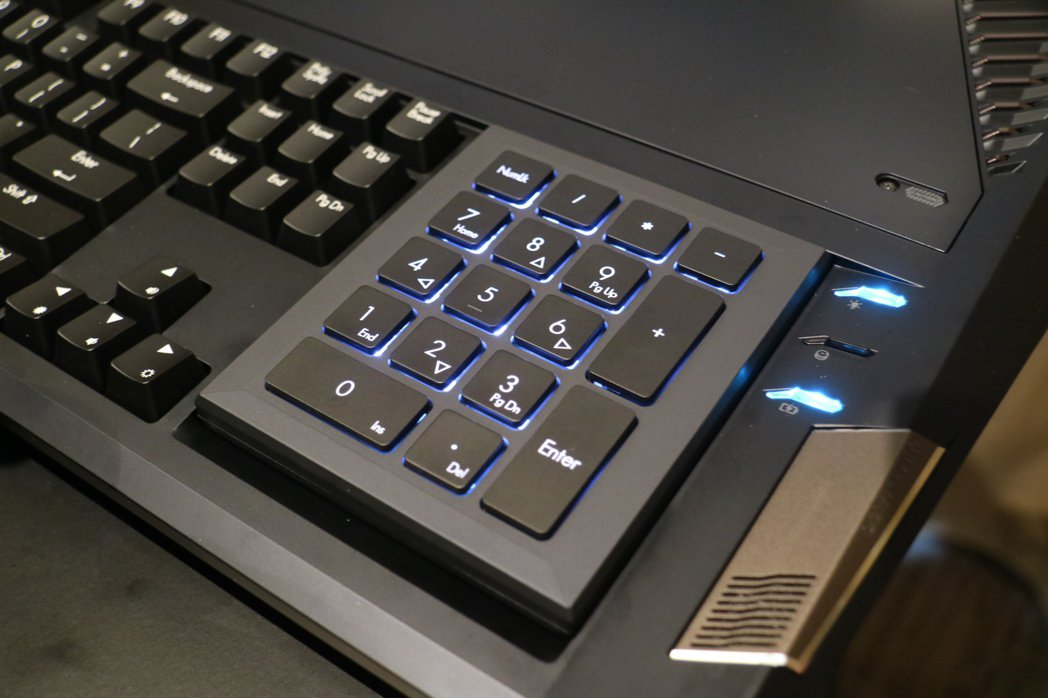 觸控板換個面就成了數字鍵盤。記者史榮恩/攝影