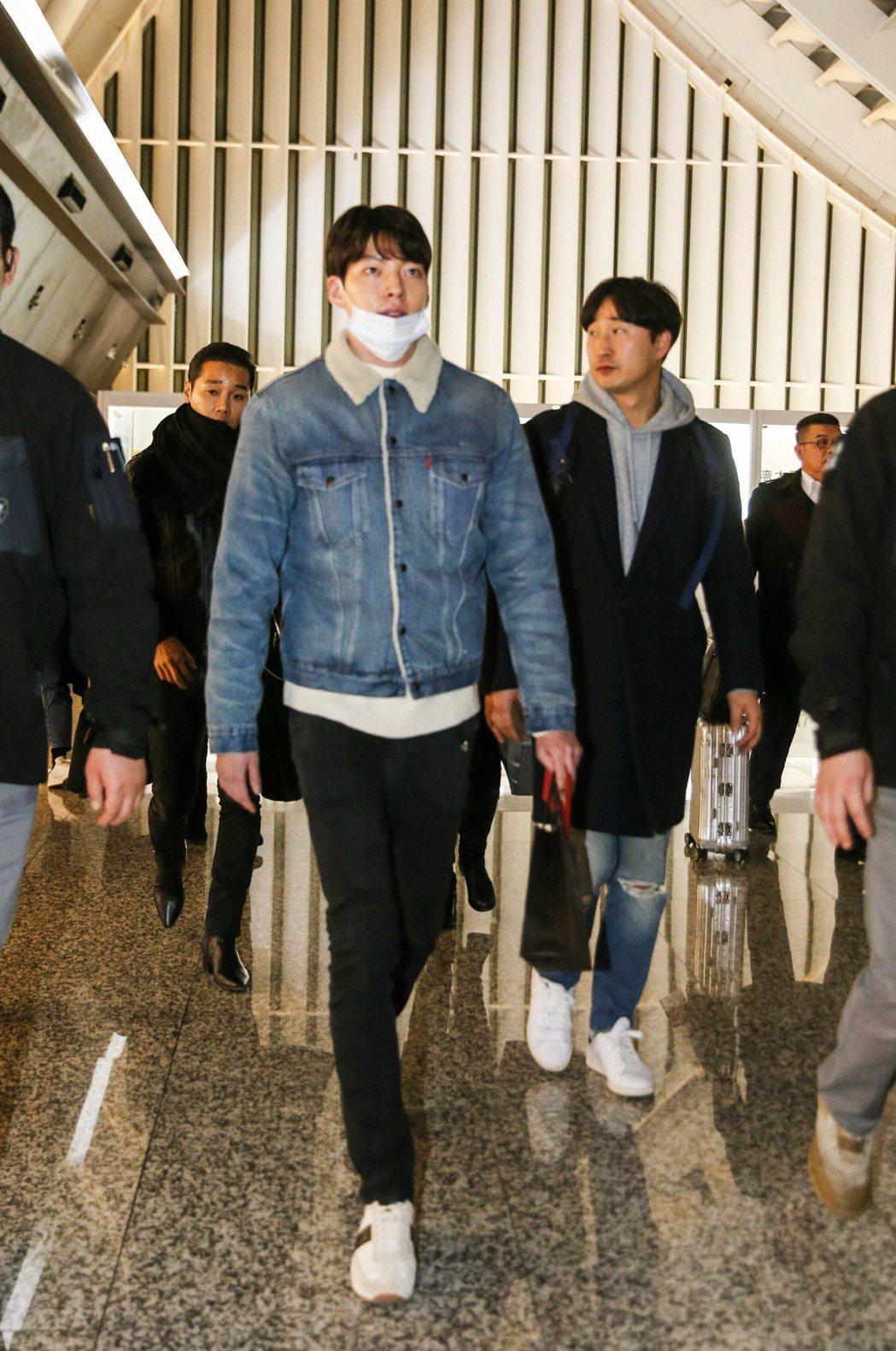 韓星金宇彬晚上搭乘KE-693班機抵達桃園機場。記者鄭超文/攝影