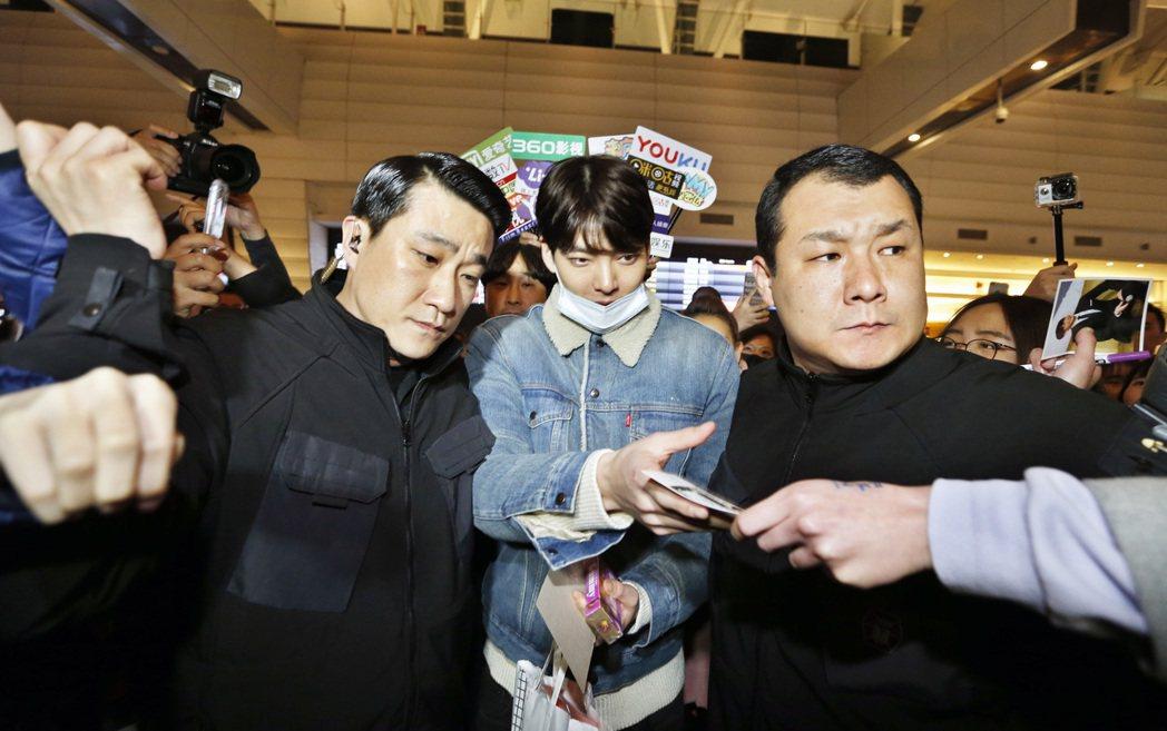 韓星金宇彬晚上搭乘KE693班機抵達桃園機場。記者鄭超文/攝影
