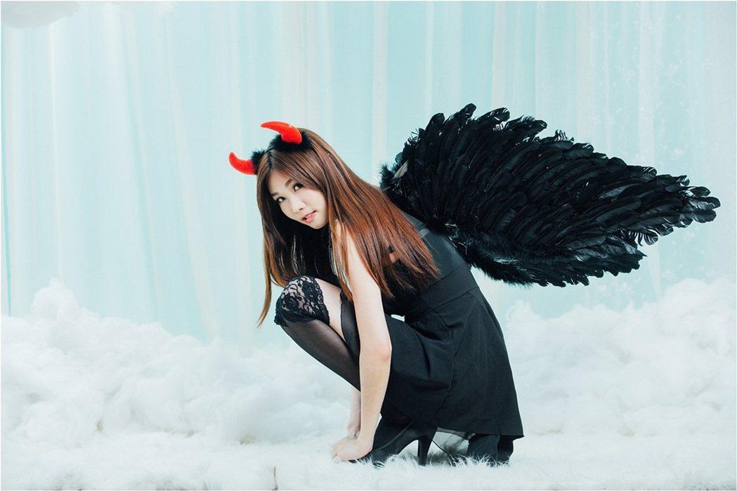 張小筑扮成火辣性感黑天使。圖/映象帝國提供