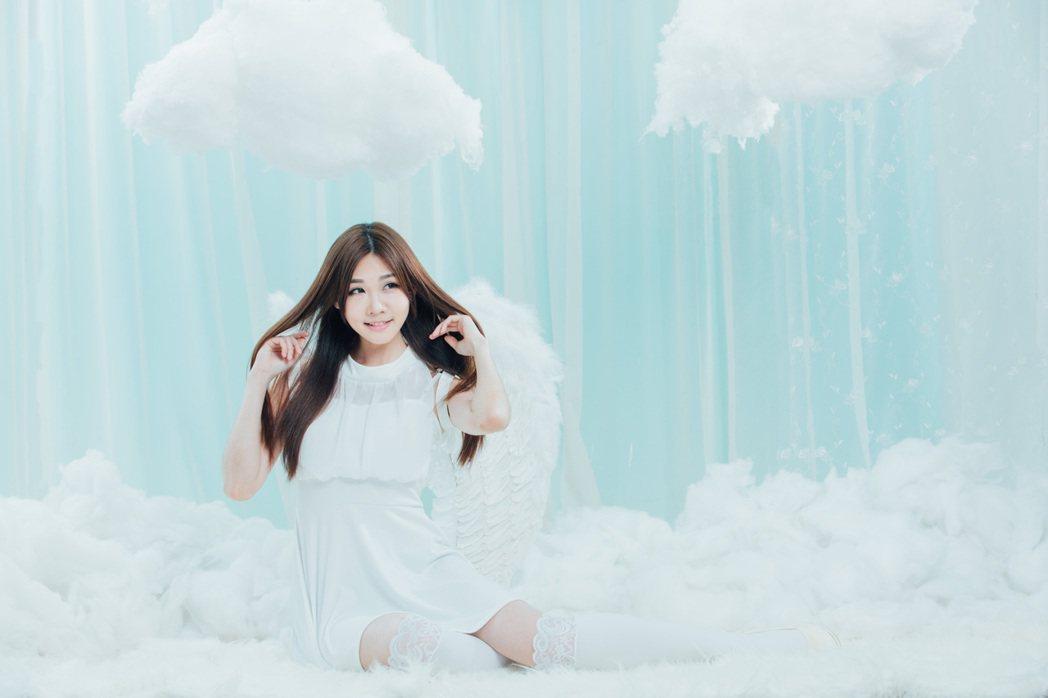 張小筑白天使扮相,純潔浪漫。圖/映象帝國提供
