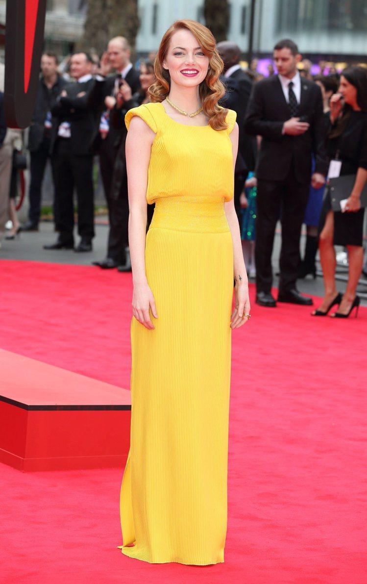 艾瑪史東穿Versace高級訂製黃色褶襉及地長禮服。圖/Versace提供