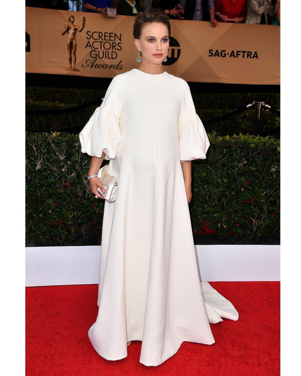 娜塔莉波曼配戴Tiffany珠寶出席2017年美國演員工會獎。圖/Tiffany...