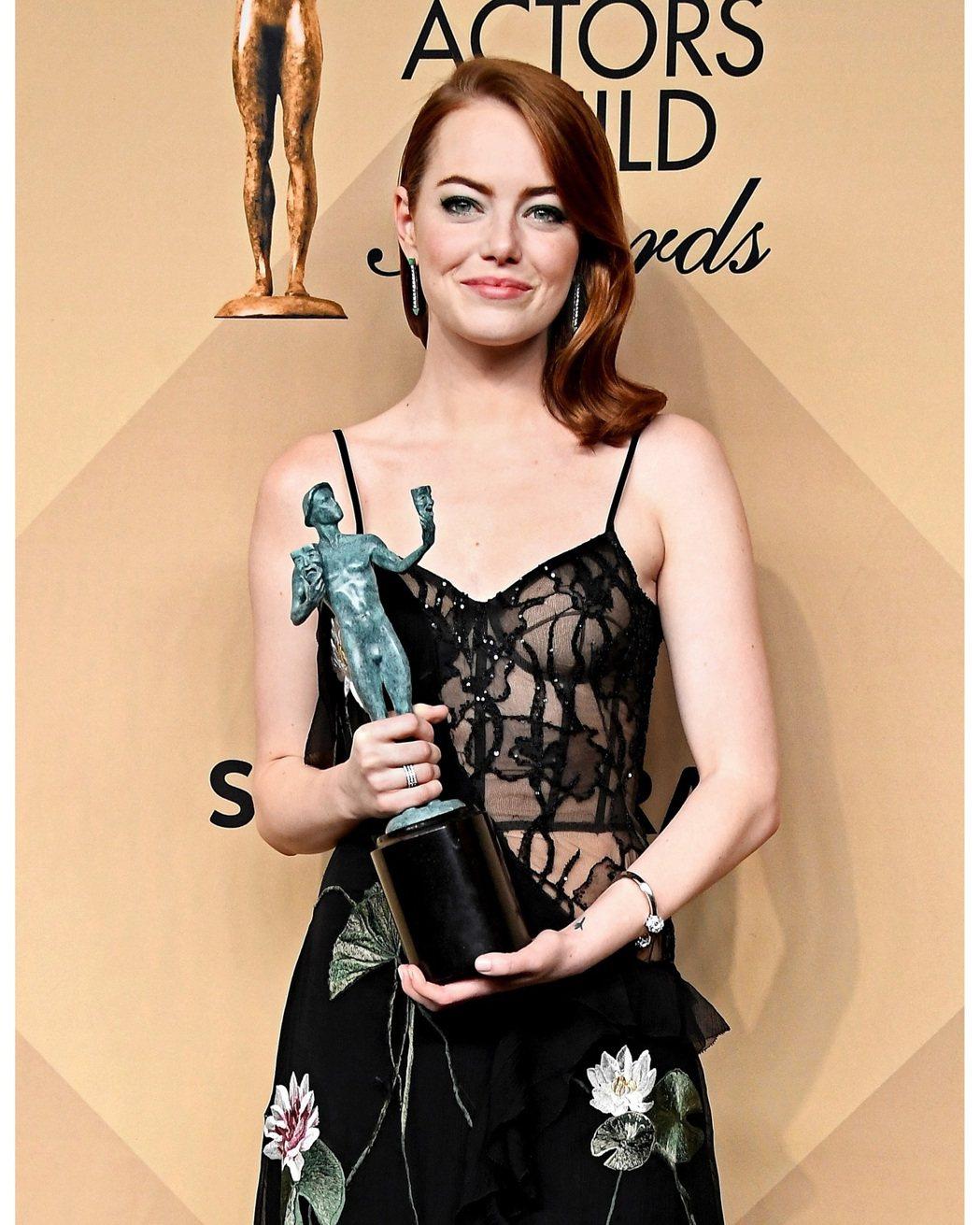 艾瑪史東獲得美國演員工會獎電影類最佳女主角,包括之前金球獎,一路相伴的都是Tif...