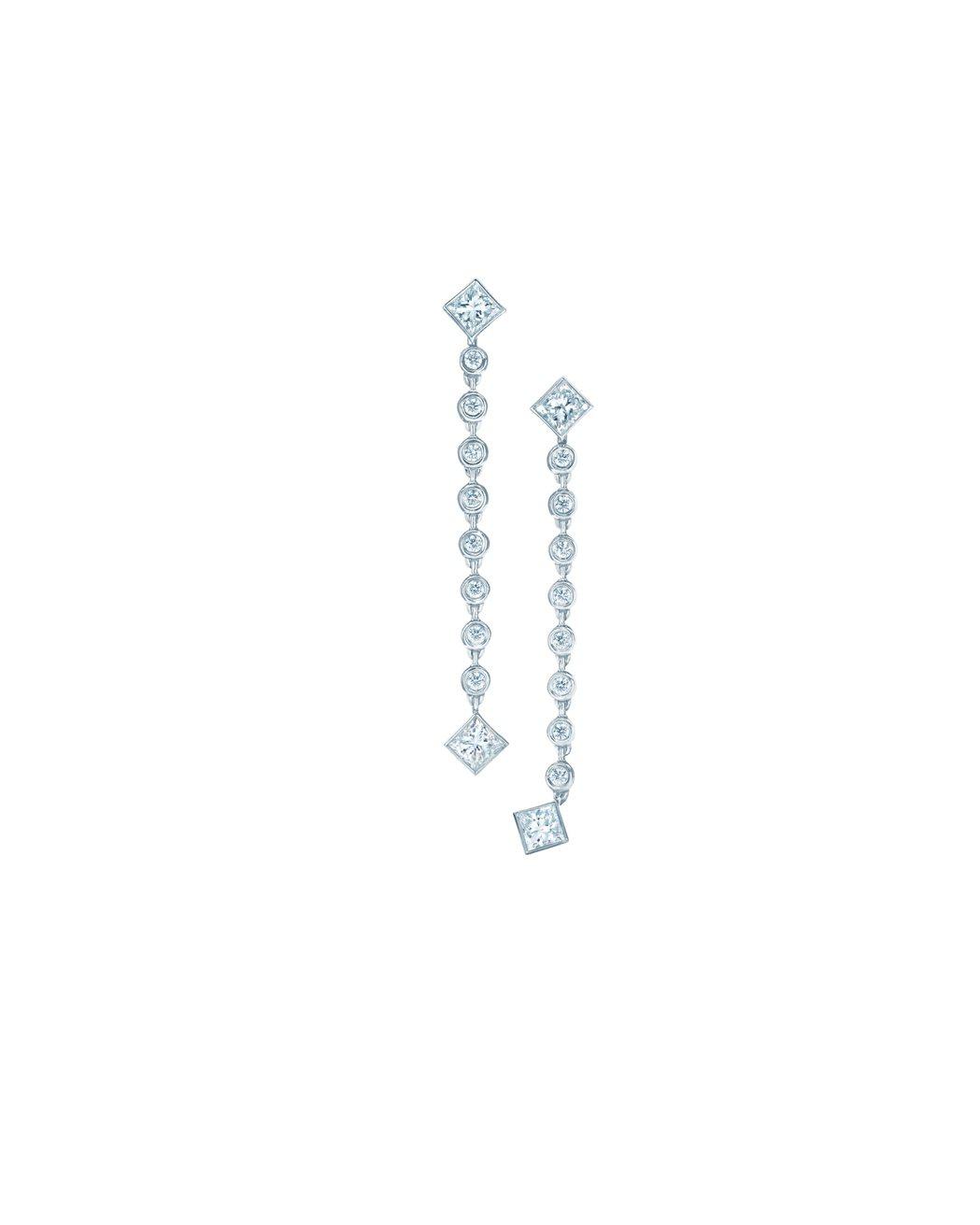 艾瑪史東配戴的Tiffany珠寶相似款,鉑金鑲嵌鑽石垂墜耳環,27萬9,000元...