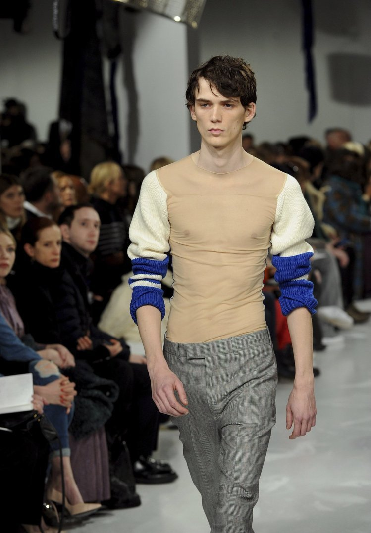 Raf Simons入主Calvin Klein後的首場大秀帶來讓人驚豔的設計。...
