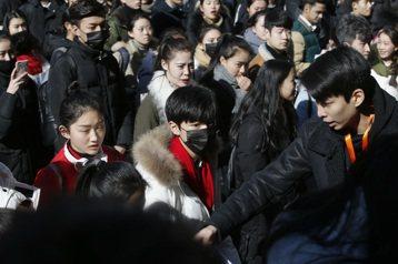 中國大陸男團TFBOYS隊長王俊凱今年考大學,昨天他參加熱門的北京電影學院表演初試,被大批粉絲包圍,還因為試場所在大樓所有出口都被圍堵,最後只好跳窗離場。綜合新浪娛樂和大陸央視新聞微博報導,王俊凱昨...