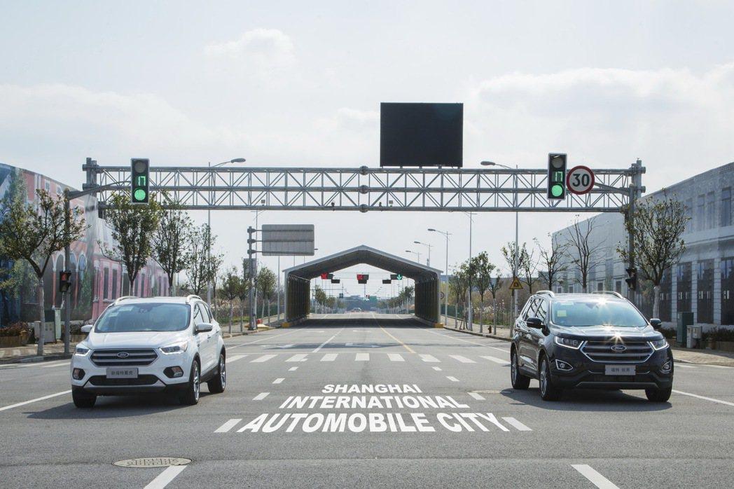 Ford最新研發中「左轉輔助」和「交通號誌最適速度建議」等科技,開始於上海國際汽車城進行測試。 圖/福特六和提供
