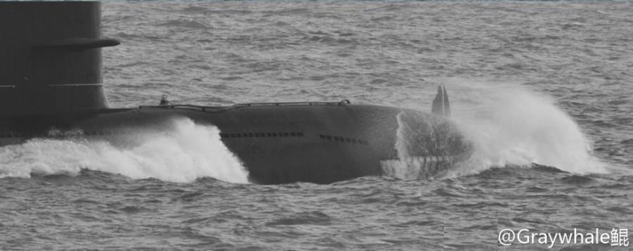 根據大陸網友發布的照片顯示,疑似039G型常規潛艇正在海上航行。圖/環球網