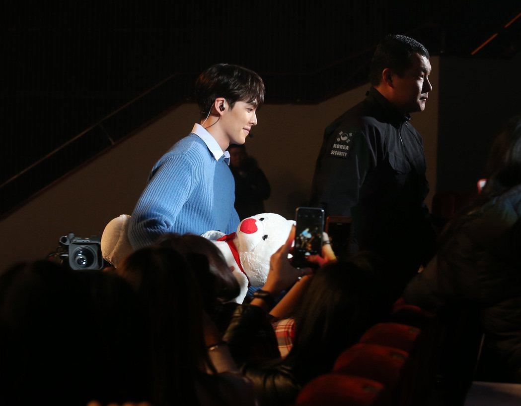 金宇彬晚上在台北舉行粉絲見面會,帶著小熊走下台送給幸運的粉絲。記者林澔一/攝影
