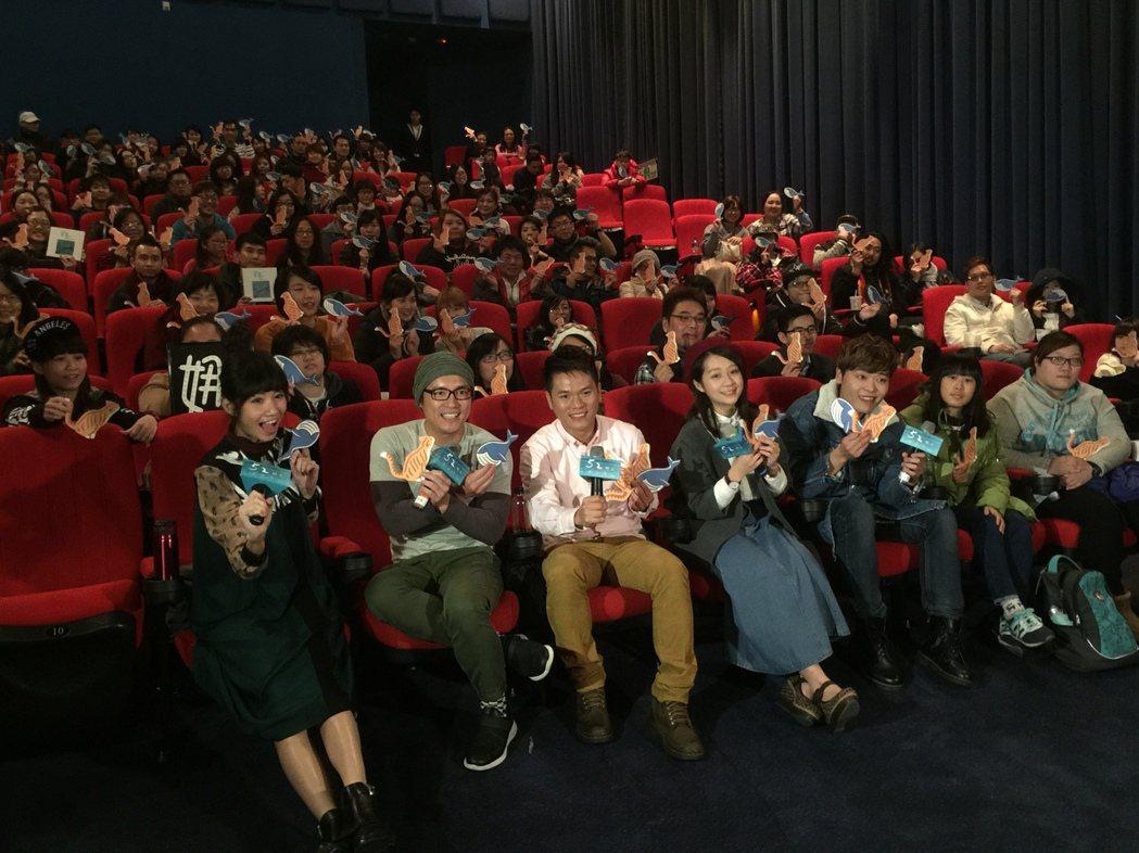 李千娜(前排左起)、范逸臣、舒米恩、安乙蕎、又仁在「52赫茲我愛你」K歌場陪觀眾