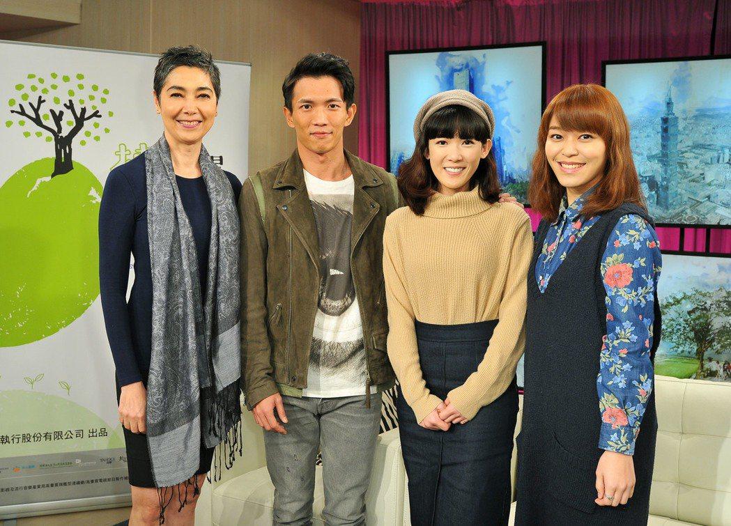 「天黑請閉眼」主要演員賴佩霞(左起)、黃尚禾、孫可芳、朱盛平上台視「台灣名人堂」