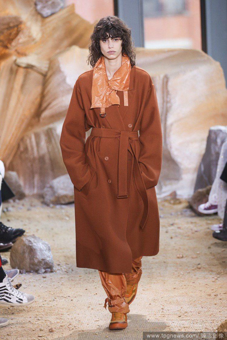 Lacoste帶有居家休閒風的綁帶大衣,搭配扣環裝飾內搭和防風質感的褲管,矛盾風...