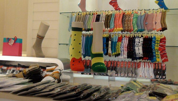 醫師提醒穿襪睡覺可保暖,但應慎選材質,若穿緊身、尼龍襪,會讓循環變差。 聯合報系...