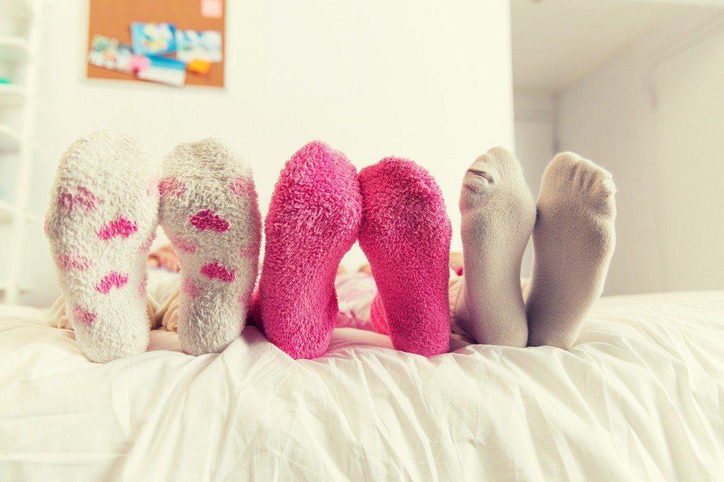 醫師提醒穿襪睡覺可保暖,但應慎選材質,若穿緊身、尼龍襪,會讓循環變差。 圖片/...