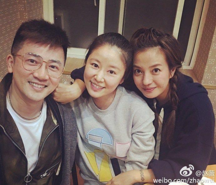 大陸女星趙薇昨晚在微博貼出與好友蘇有朋、林心如的合照。圖/取自微博