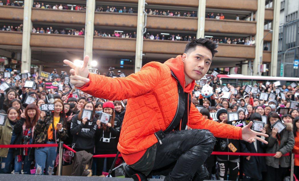 周湯豪今天下午在西門町舉行專輯慶功簽唱會,現場湧現許多歌迷。記者程宜華/攝影
