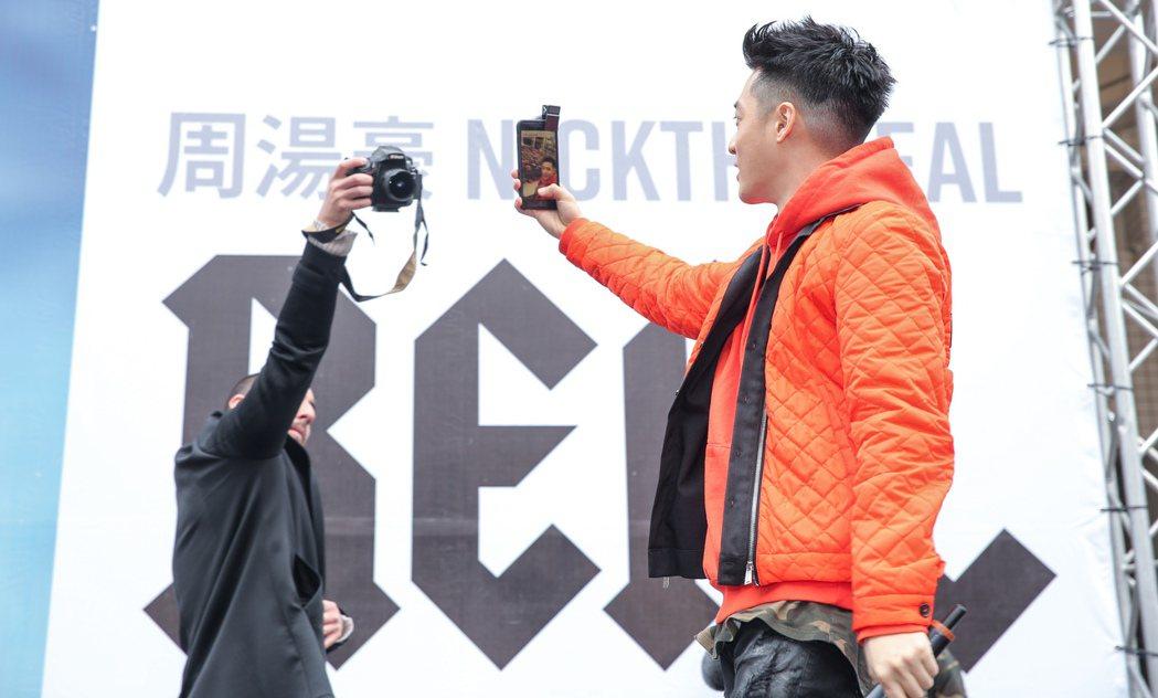 周湯豪(右)今天下午在西門町舉行專輯慶功簽唱會,在台上大玩自拍。記者程宜華/攝影