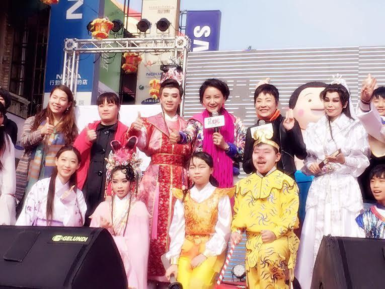 陳亞蘭(後排右三)為「我是楊麗花」首場海選擔任評審。圖/寶麗來提供