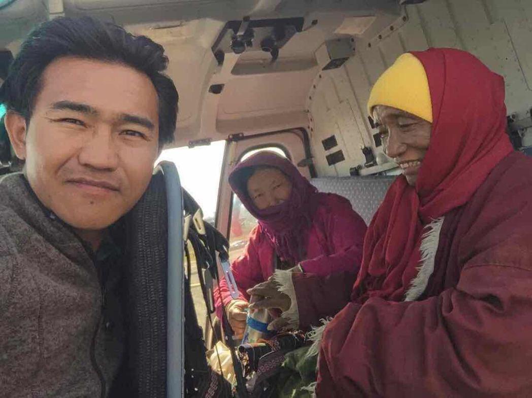 郁方募款協助喇嘛(右)搭直升機就醫。圖/郁方提供