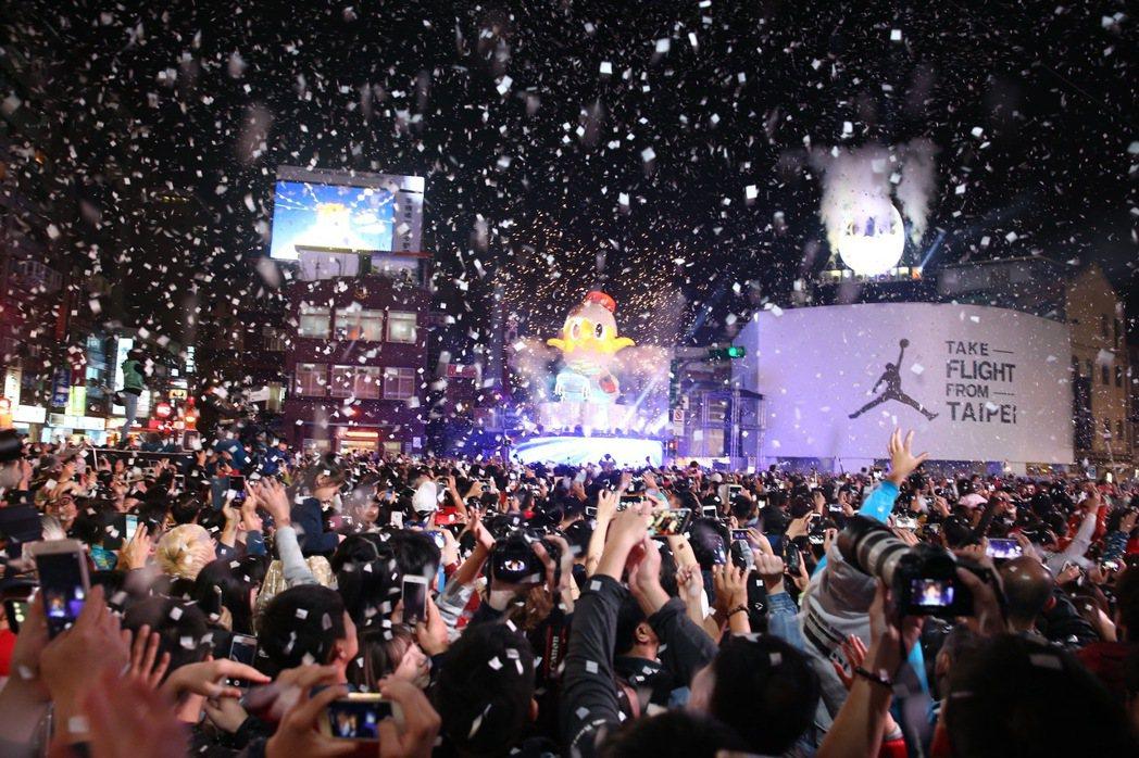 台北燈會4日在西門町熱鬧登場,主燈小奇雞在市長點燈下,於滿天飛舞的紙花中登場,吸...