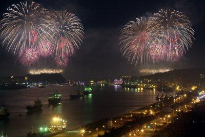 高雄大港煙火4日再度登場,美麗的高空煙火在港口天空璀璨綻放。記者劉學聖/攝影