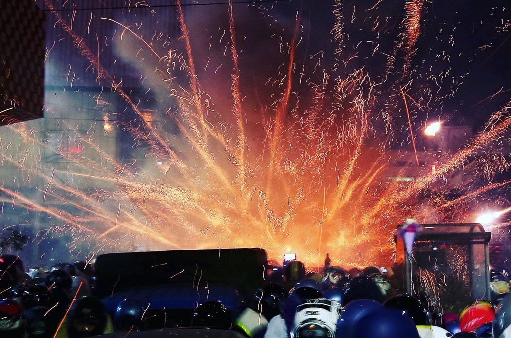台南鹽水蜂炮吸引上萬遊客前來體驗這項獨特又刺激的民俗文化。記者余承翰/攝影