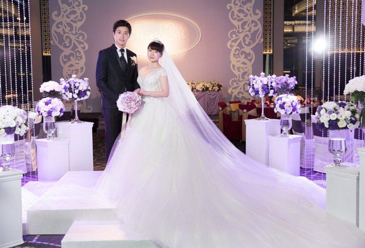 福原愛在台北舉辦婚宴時穿的公主風婚紗,裙襬也有一顆顆的「愛心」。圖/C.H.We...