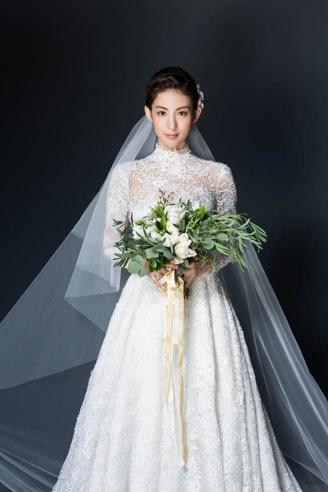 大久保麻梨子的婚紗,蕾絲從頸部、手臂包到裙襬,風格高雅。圖/蘇菲雅提供