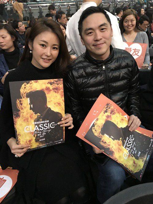王泉仁(右)與老婆麻衣攜手看演唱會。記者陳于嬙/攝影
