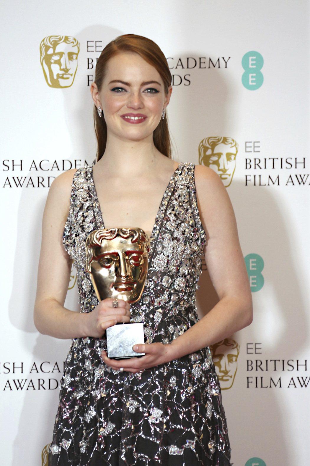 艾瑪史東以《樂來越愛你》獲英國奧斯卡最佳女主角獎。 圖/美聯社