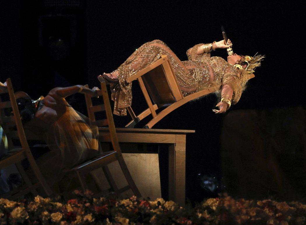 碧昂絲挺肚在葛萊美獎演出。 圖/美聯社