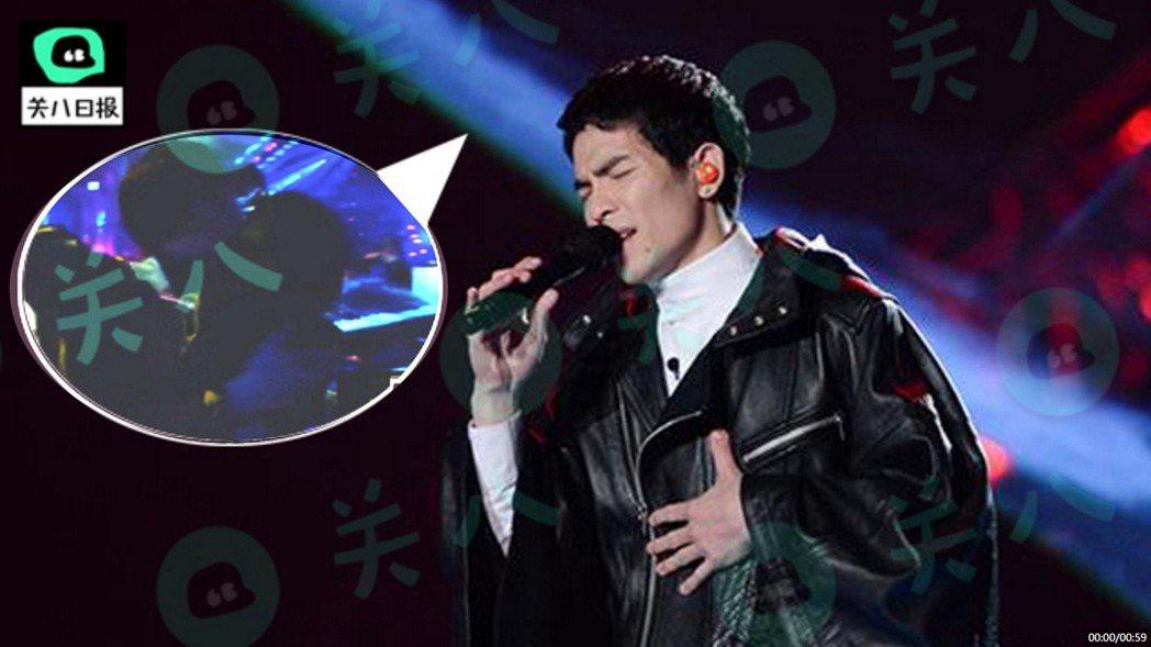 蕭敬騰日前參加大陸歌唱節目,唱完後下台激動親吻經紀人Summer。圖/擷自秒拍