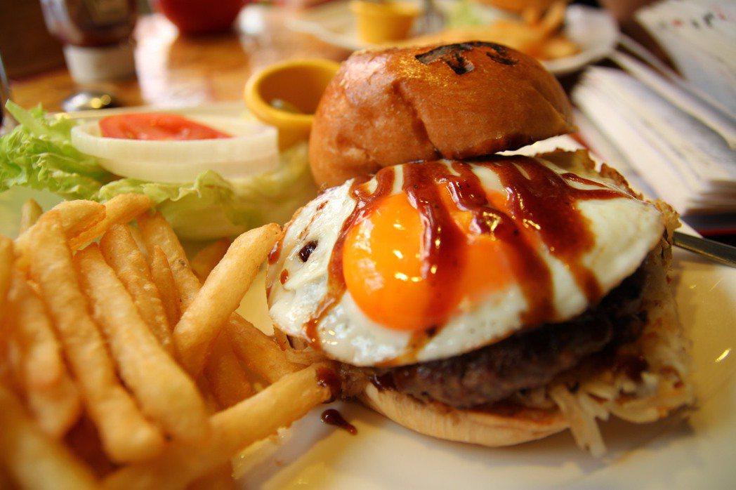 避免禽流感,專家建議禽類、蛋品完全煮熟,勿食用太陽蛋、溫泉蛋、半生熟的蛋。 本報...