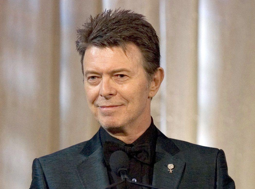 2016年1月過世的大衛鮑伊在第59屆葛萊美音樂獎獲頒4獎。 圖/美聯社