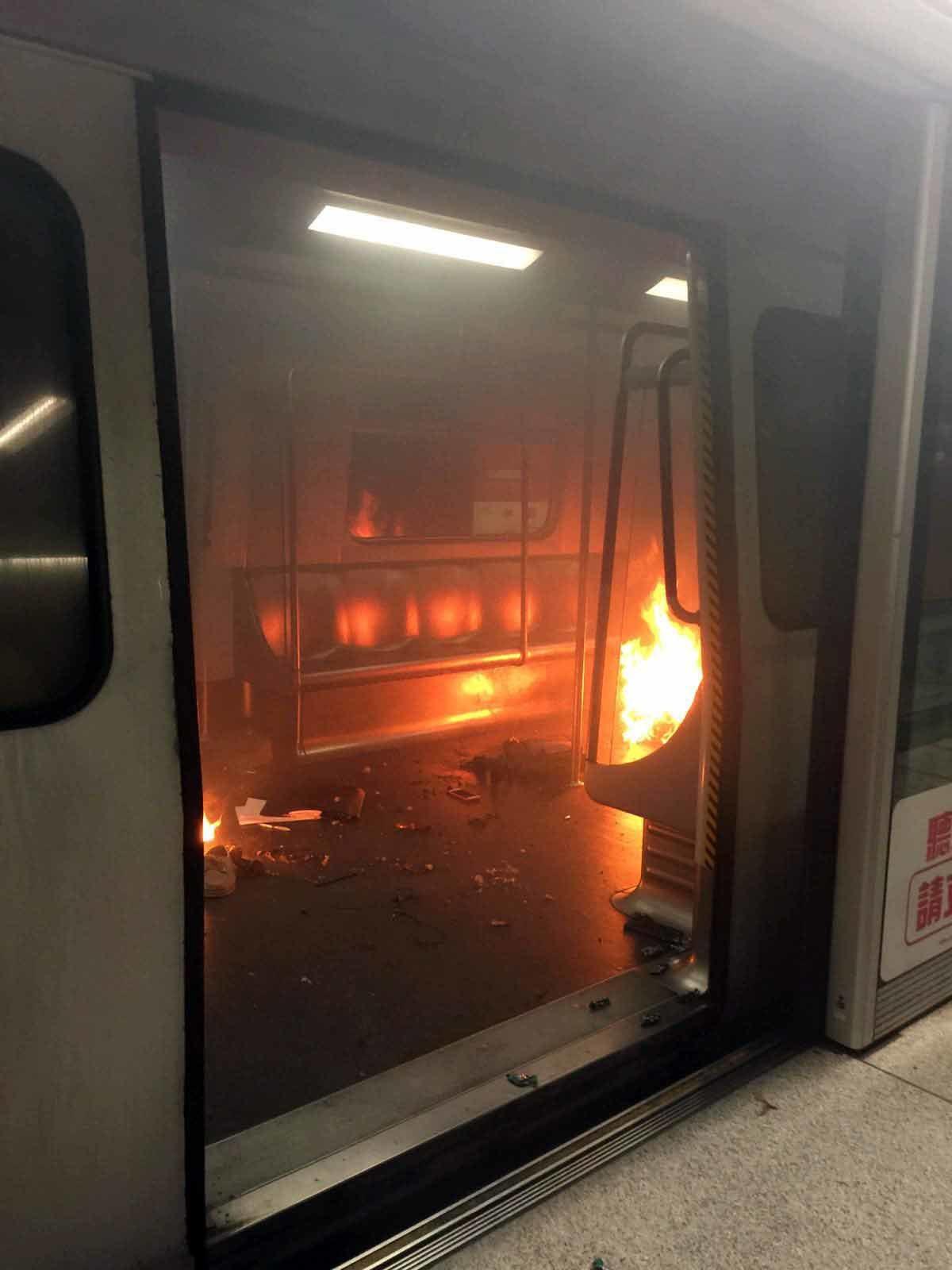 香港鐵路尖沙咀站10日晚間遭縱火,造成19人輕重傷。 中新社