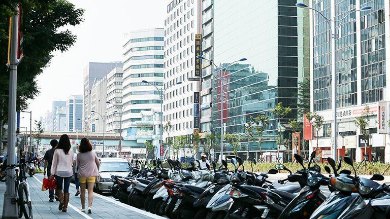 台北市南京東西路,貫穿「雙塔」。報系資料照