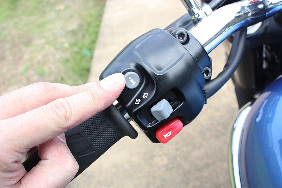 左側把手上的i按鍵,可控制儀表板行車資訊。 記者林和謙/攝影