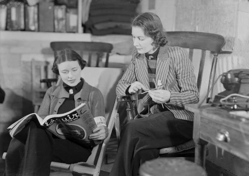 曾經在物質缺乏的年代,女紅及編織常被認為是家政重要的一環。 圖/維基共享