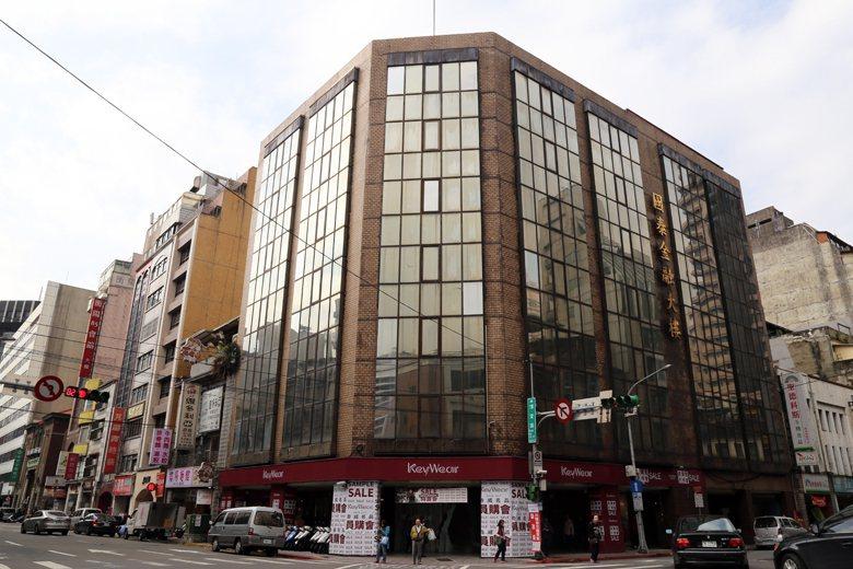 玻璃帷幕後,隱身著建於1932年的菊元百貨。 圖/本報系資料照