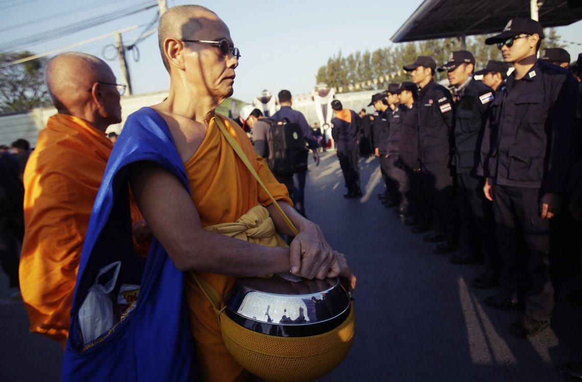 法身寺外,前來聲援、阻止逮捕的僧人與軍警對峙。 圖/美聯社
