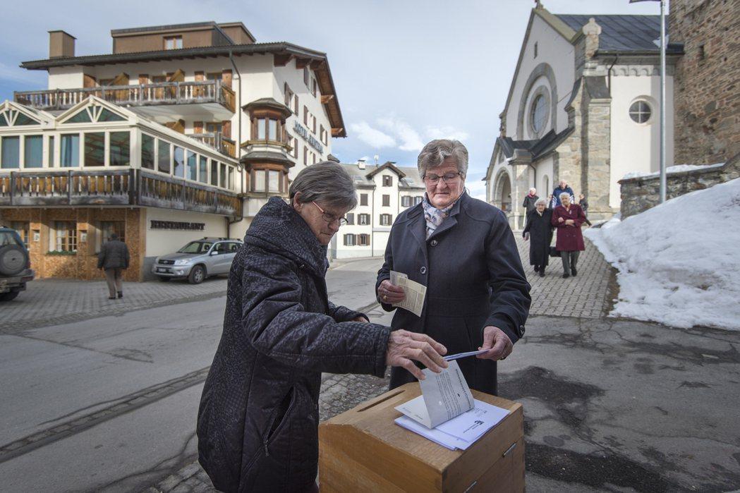 瑞士12日公投通過簡化第三代移民歸化辦法,造福一群父祖已居住瑞士數十載的年輕外國...