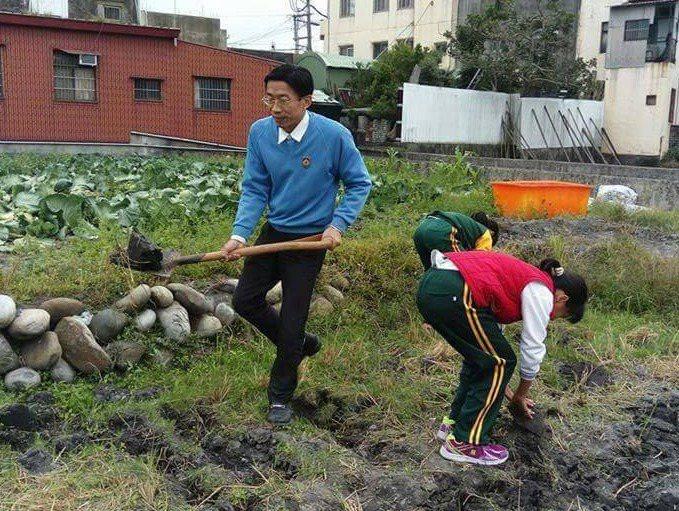 北市忠孝國小教師翁永傑,駐點在台中市外埔區安定國小,翁永傑規畫融入在地農產特色的...