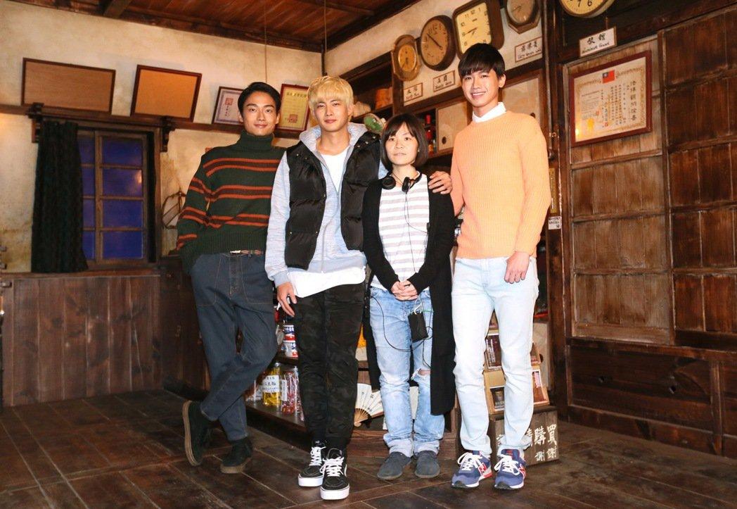 電影切小金家的旅館探班宣傳,導演林冠慧(右二)、演員張庭瑚(左二)、洪言翔(右)...