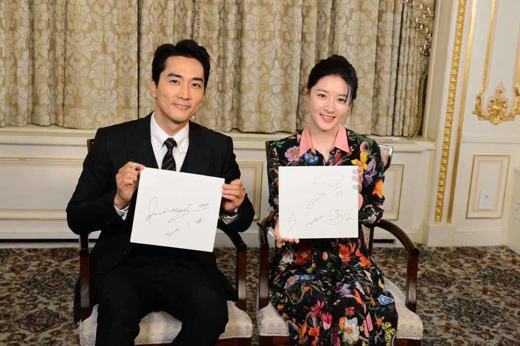 李英愛(右)、宋承憲接受「娛樂百分百」專訪。圖/八大提供